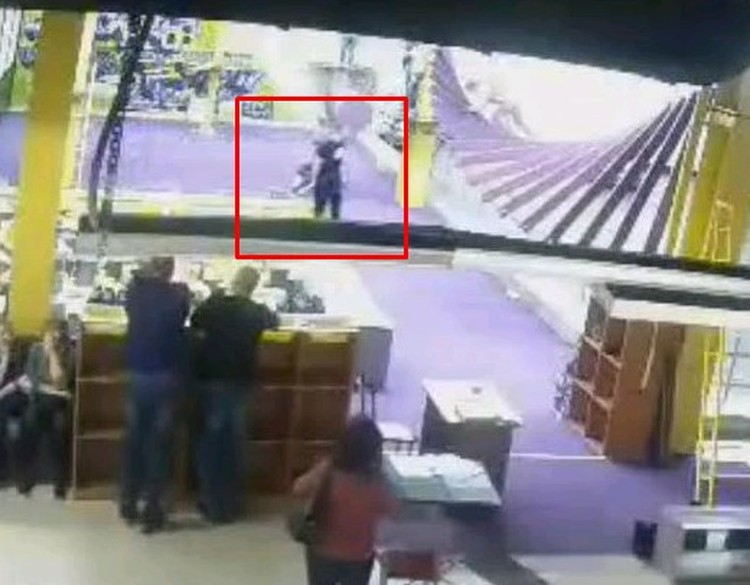 Молодого человека с черной сумкой приняли за террориста.