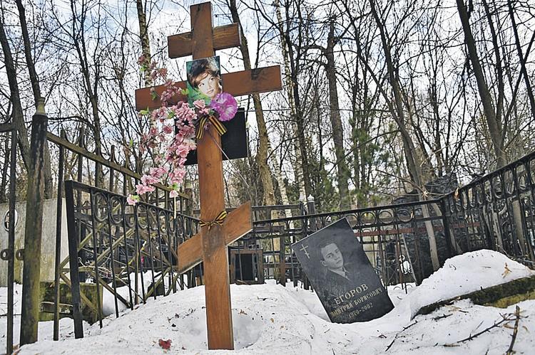 Фотокорреспондент «КП» с трудом отыскал могилу Натальи Кустинской на Кунцевском кладбище - крест, стоящий четыре года еще с похорон актрисы, покосившийся памятник ее сыну Дмитрию Егорову. Племянницы не потратили ни копейки после продажи квартиры, чтобы ув