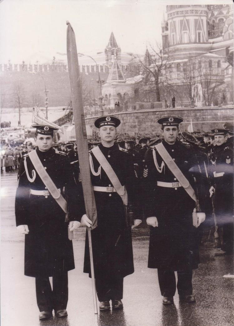 Курсант Сергей Цивилев (крайний слева) в знаменной группе на Красной площади в Москве