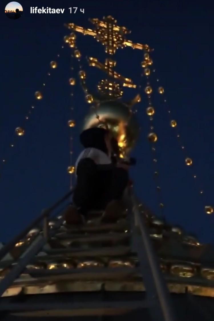 Подростки поднялись на самый верхний купол храма. ФОТО: instagram.com/lifekitaev.