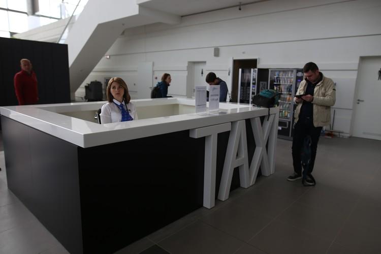 Такси можно заказать на выходе из терминала.