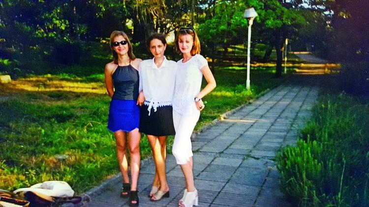 Элеонора (справа) с подругами.