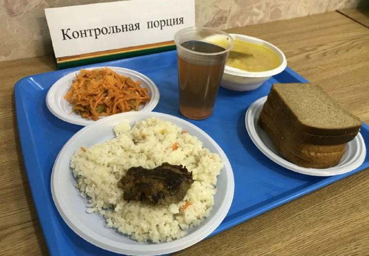 Так выглядит идеальный обед в столовой. Школьники из поселка имени Свердлова уверяют: у них - иначе.