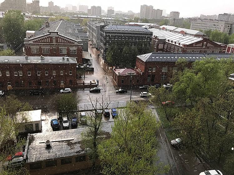 Сильнейший ливень с градом обрушился на отдельные районы Москвы