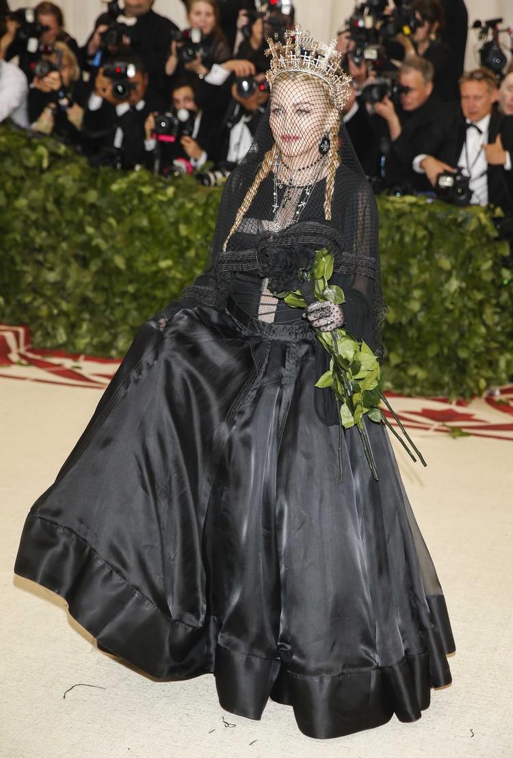 Мадонна и ее черная роза - эмблема печали.