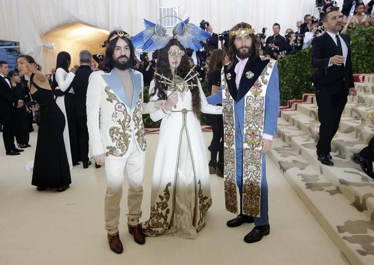 Джаред Лето (справа) в компании певицы Ланы Дель Рей и дизайнера Алессандро Микеле.