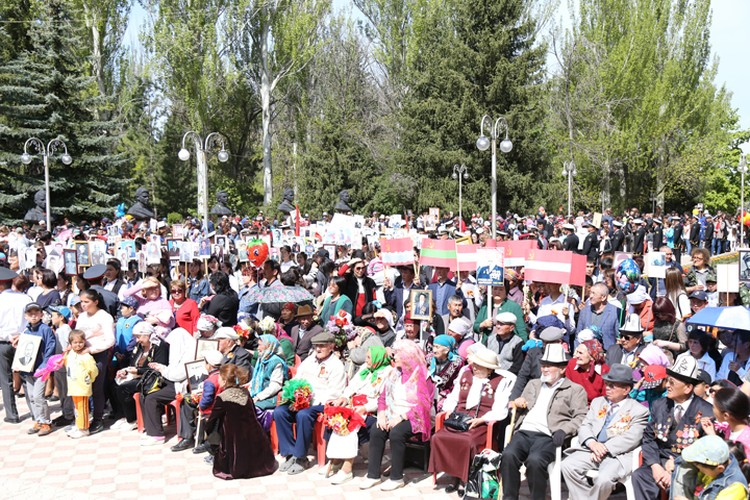 В Караколе митинг-реквием 9 мая традиционно прошел в парке Победы.