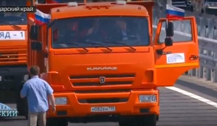 Президент сел за руль обычного КАМАЗа. Фото: скриншот с онлайн-трансляции