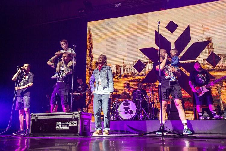 На весеннем концерте в Минске музыканты группы Brutto вывели на сцену своих детей. Фото: Аня ВОЛЧИЦА