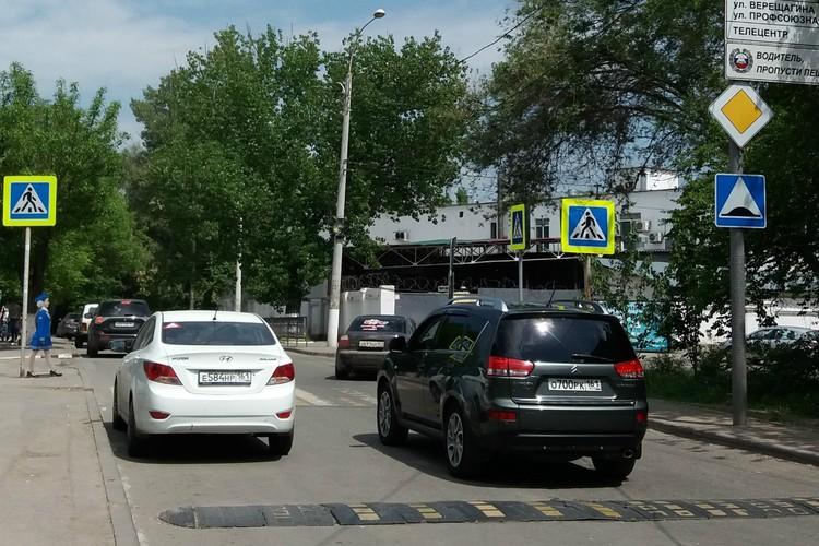 """Перед зеброй есть и лежачий полицейский, и знак """"Водитель, пропусти пешеходов"""", но некоторые лихачи упорно этого не замечают."""