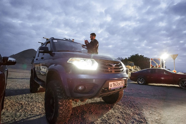 Водители встречали рассвет у автоподхода к Крымскому мосту