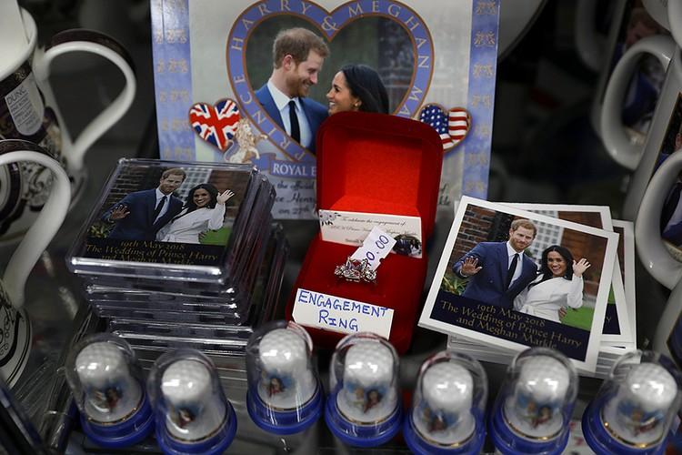 Англичане массово скупают сувениры в честь свадьбы принца Гарри