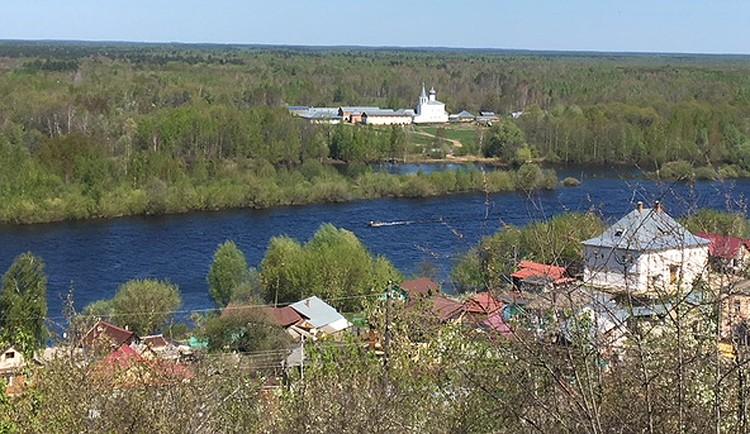 А о Знаменском монастыре во время разлива можно только мечтать: понтонный мост через реку весной разобран.