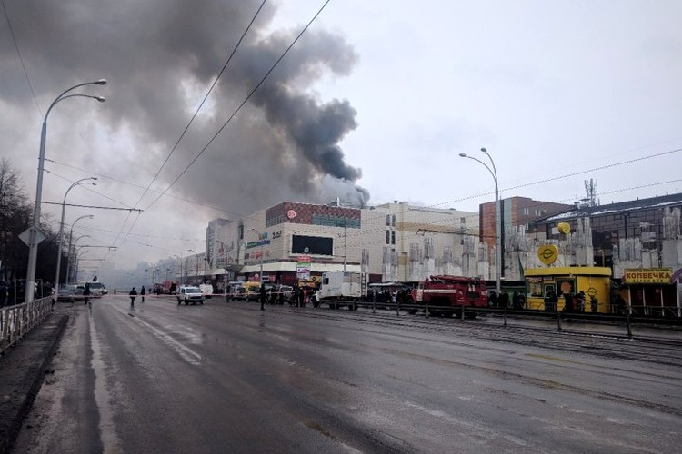 """при пожаре в ТРЦ """"Зимняя вишня"""" погибли 60 человек."""