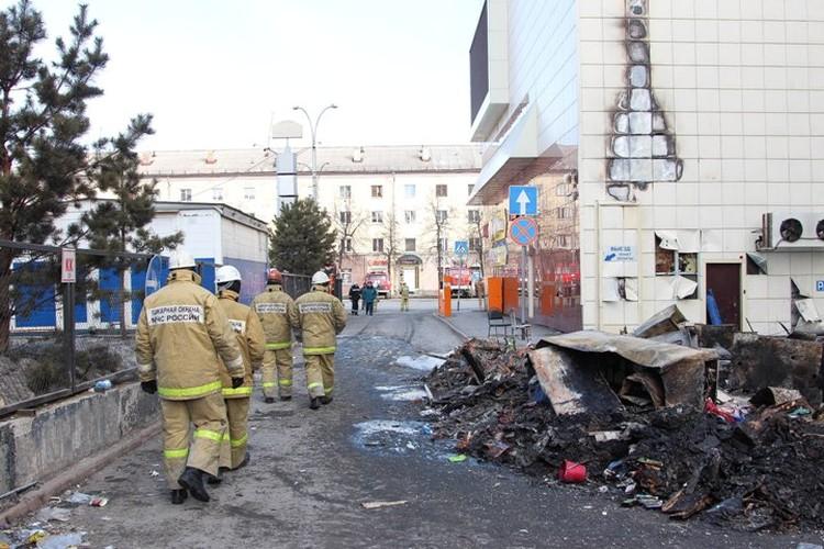 Заложниками горящего здания чуть было не стали сами пожарные, но их спасли коллеги