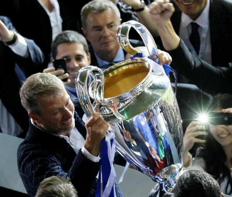 """2012 год, Роман Абрамович держит в руках кубок Лиги чемпионов, завоеванный его командой """"Челси""""."""