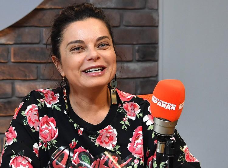 """Наташа Королева в студии радио """"Комсомольская правда""""."""