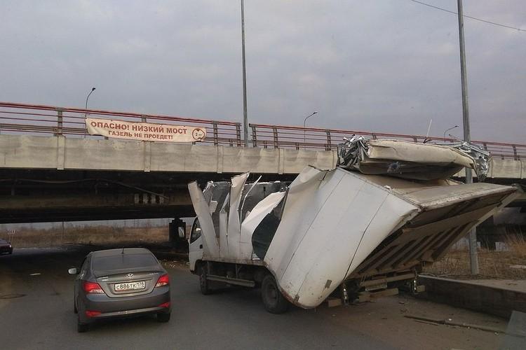 """""""Мост глупости"""" постепенно становится главной достопримечательностью Петербурга. Интерес к нему уже не меньше, чем к разводным мостам. Фото: Виталий ЕВТУШЕНКО"""