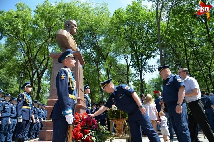 Памятник погибшему в Сирии летчику Роману Филипову открыли 15 июня.