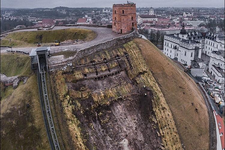 Во время нынешних работ по укреплению слоев грунта символ Вильнюса выглядит впечатляюще! Именно благодаря оползню в начале 2017-го нашли останки повстанцев. Фото: VirsVisko.lt