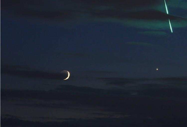 """Месяц, чуть правее """"звездочка"""" Венеры, а с ними - что-то сверкающее."""