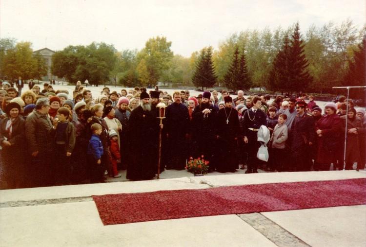 Участники празднования 50-летия Победы у монумента Славы в Новосибирске. 9 мая 1995 года. Фото: архив Новосибирской митрополии.