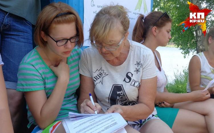 Пытаются решить сложную задачу по биологии Фото: Наталья НАУМОВА