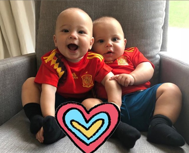 Анна и Энрике сфотографировали детей по очереди в форме болельщиков России и Испании. На фото - Николас (справа) и Люси в испанской форме. Фото: Инстаграм.