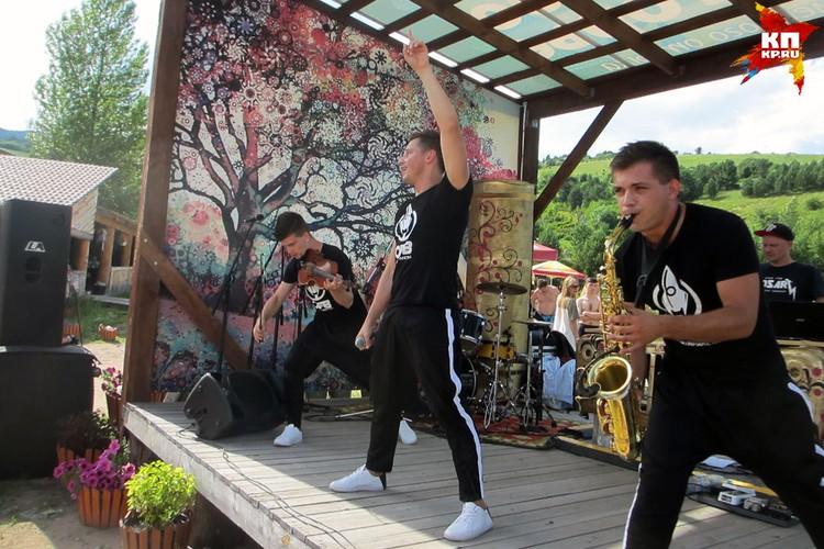 В числе музыкальных звезд на фестивале были замечены: трио Offbeat Orchestra из Новосибирска.