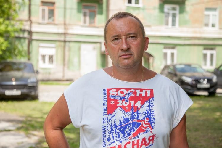 """Председатель """"ТСЖ Куйбышева, 86"""" Андрей Волков говорит, что под их домом проходит теплотрасса, и под фундаментом скопилось целое озеро."""