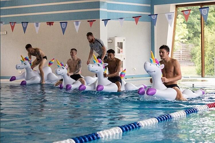 Футболисты сборной Англии устроили заплыв на надувных единорогах