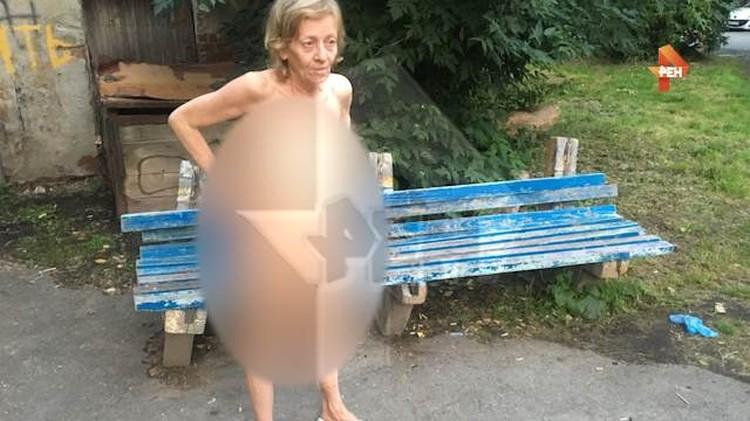 Бабушка по приезду полиции разделась до гола. Арестовывать ее не стали. Фото: Рен ТВ