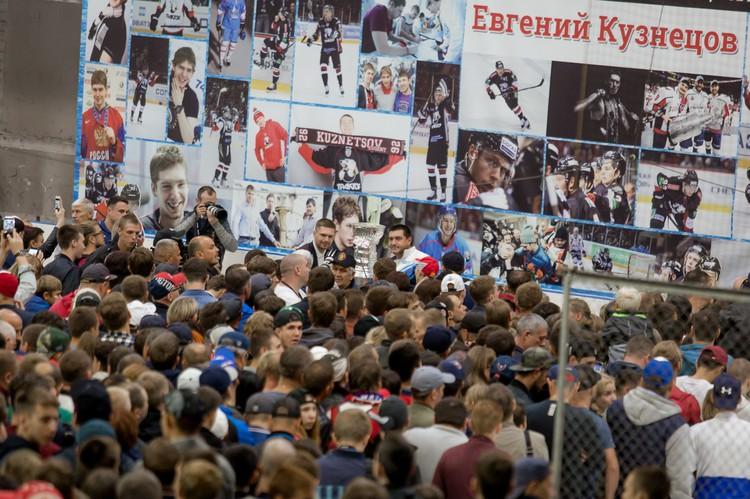 Любители хоккея образовали огромную очередь!
