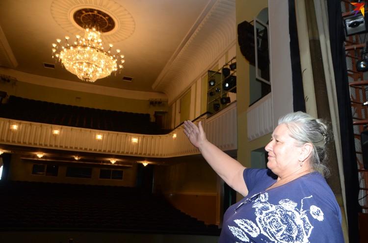 Следит за тем, чтобы все огни сияли, главный энергетик музтеатра Валентина Никитенкова.
