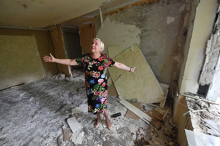 Переселенцы хотя и с грустью смотрели на полуразрушенные стены своих квартир, но радость от новоселья не скрывали