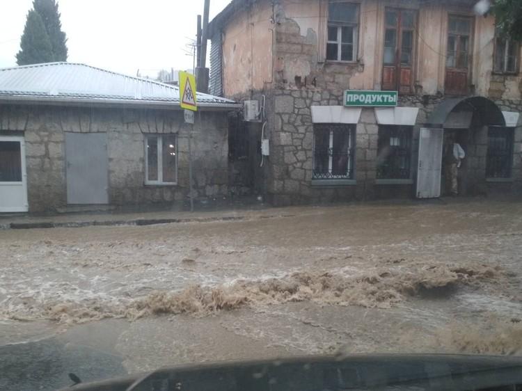 """Улицы стали горными реками. Фото: Ялта """"24""""/VK"""