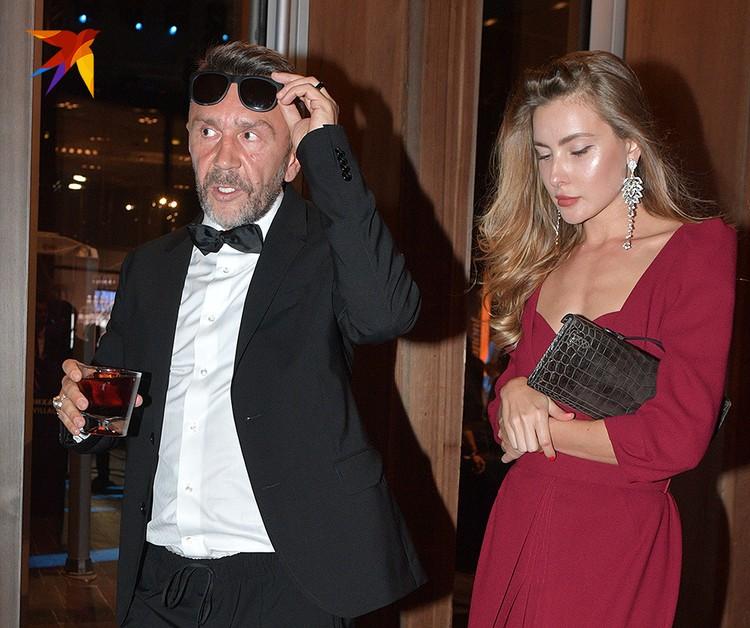 Сергей Шнуров с неизвестной дамой на церемонии GQ.