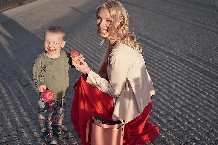 Это сложно, но возможно! Александра Свирская совмещает сразу несколько ролей и успешно с ними справляется: профессионал, бизнес-леди, спортсменка и красавица, а еще любящая жена, заботливая мама и популярный блогер