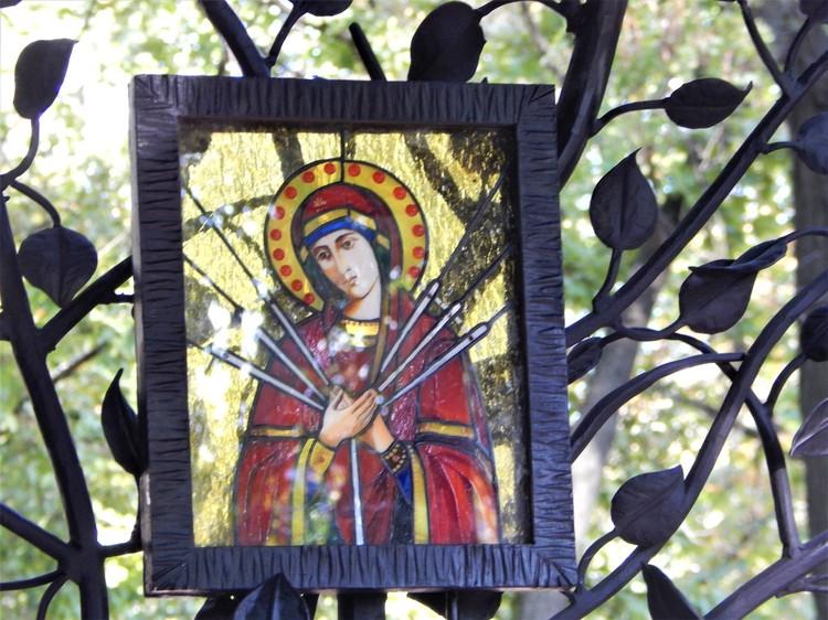 Главное место в часовне занимает витражная икона Божьей Матери «Семистрельная».