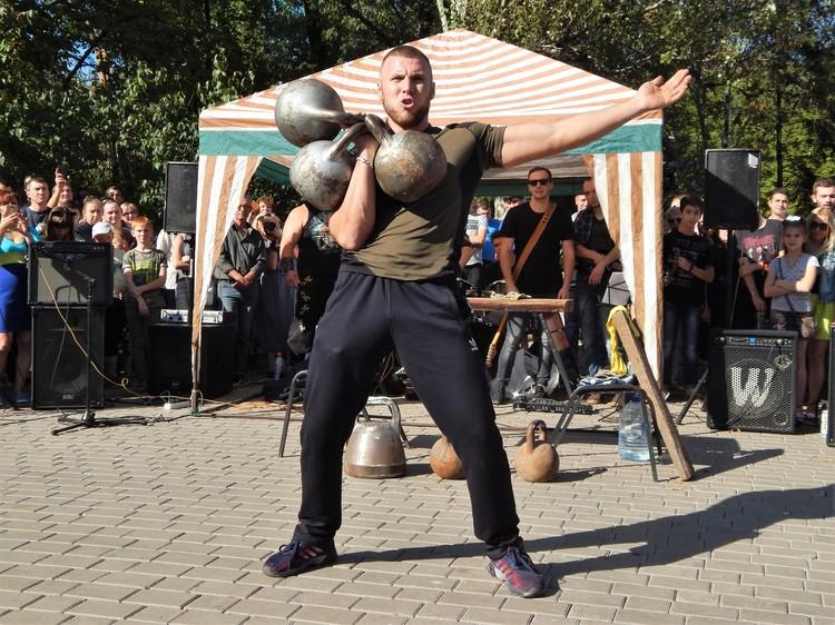 Богдан Дрожжин с легкостью жонглировал гирями
