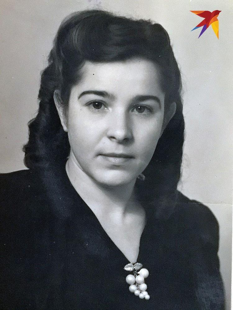 Это фото было сделано в Минске 4 декабря 1949 года. Девушку зовут Вера. На обороте она написала: «Саше от Веры. Может быть, случиться так, что ты забудешь меня. Так пусть это фото напомнит тебе вечер перед праздником сталинской конституции».