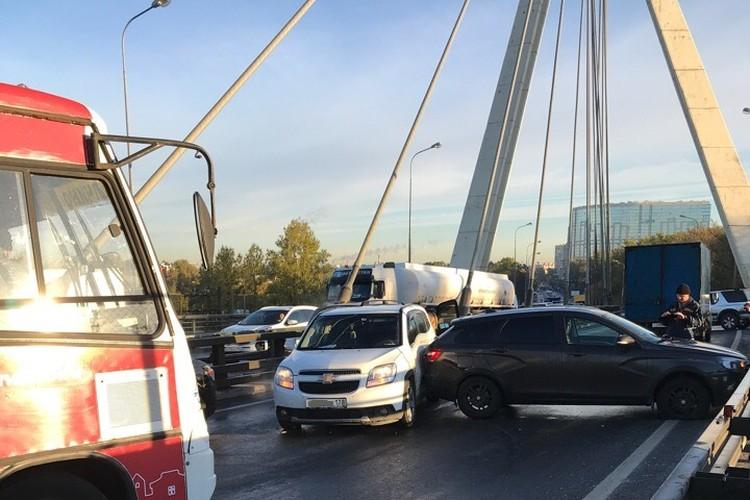 Ночные заморозки застали врасплох автомобилистов города на Неве, утром поехавших на работу. Фото: vk.com/spb_today