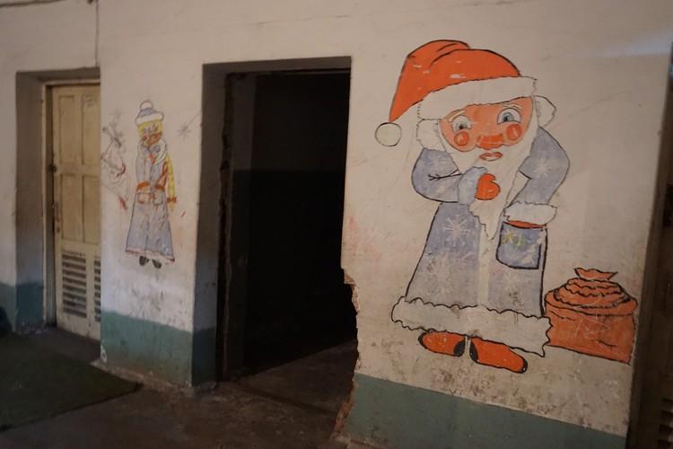 Дед Мороз и Снегурочка украсили стены убежища, как надежда на чудо.