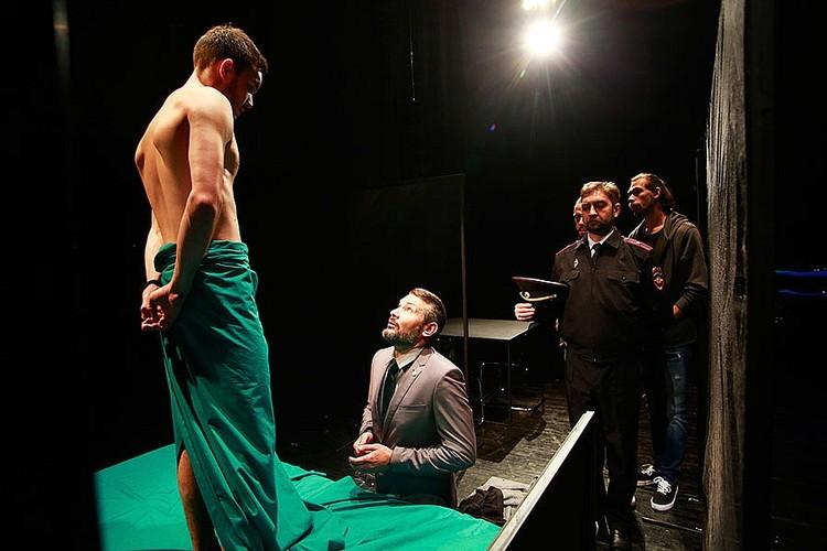 На выходе из театра многие крайне негативно высказывались о режиссере и спектакле. Фото: Андрей Кокшаров.