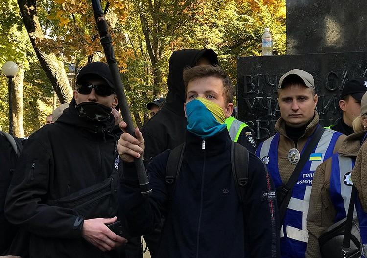 Молодой разрушитель коммунистических памятников в центре Киева. ФОТО Арина СУВОРОВА
