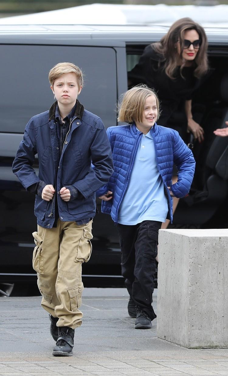 Биологические дочки Джоли и Питта предпочитают мальчиковую одежду и совсем перестали походить на девочек.