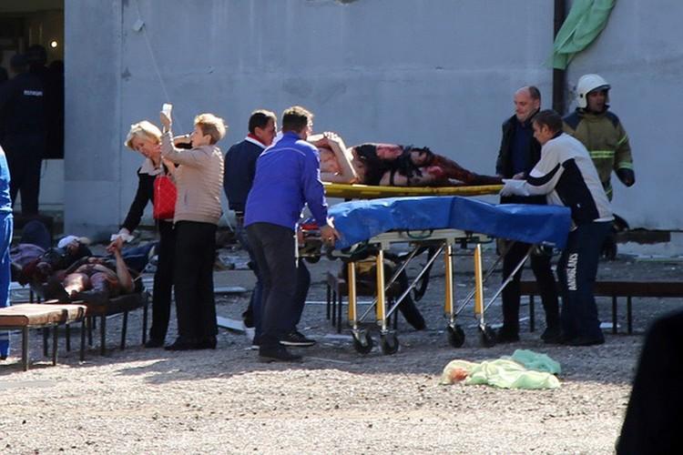 Эвакуация пострадавших у здания Политехнического колледжа в Керчи, 17 октября 2018 г.