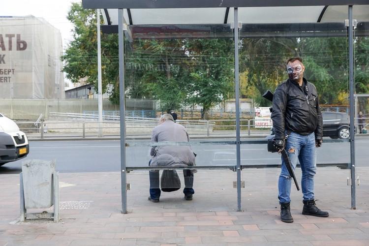 Терминатор ждет своего автобуса