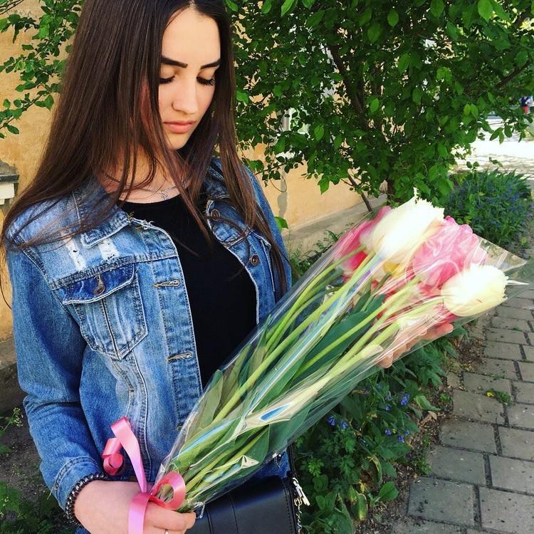 Армен радовал девушку цветами.