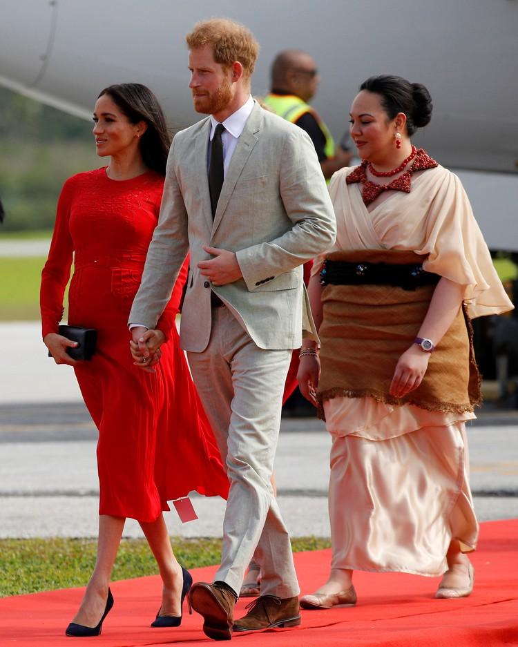 В спешке супруга принца Гарри забыла снять с подола нового платья этикетку.